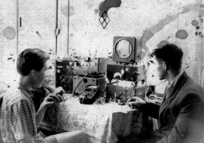 Операторы UA0KKG (Владивосток): Артур Зорин (UA0LDE, ныне – UA0NL) – слева и Геннадий Носко (RA0LAG, позже – UA0NM, ныне – S.K.), лето 1958 г.