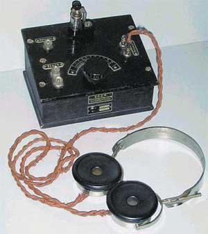 Общий вид советского детекторного радиоприемника П-2 с наушниками. 20-е годы ХХ века