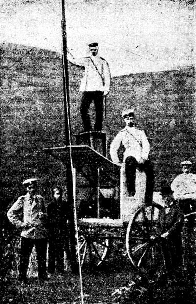 П.Н. Рыбкин (первый справа) у походной радиостанции на маневрах Каспийского полка в 1901 году.