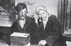 В русской глубинке слушают детекторный приемник. 20-е годы ХХ века