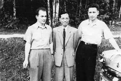 A.A. Pavlikov (left), Chinese engineer and Oleg Shcherbakov (with his car).